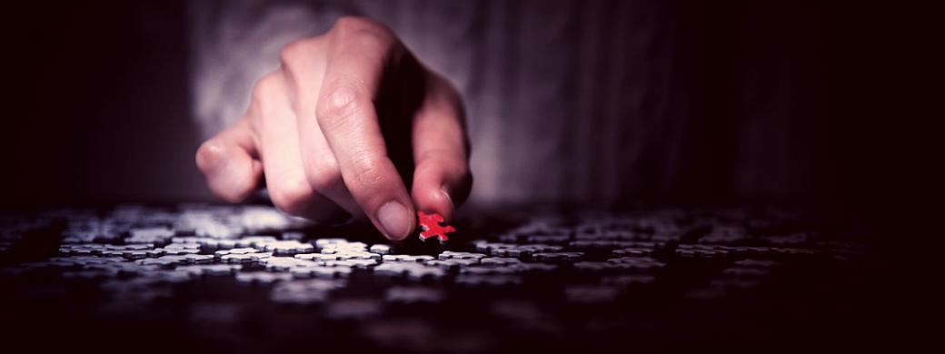 Man legt puzzelstuk
