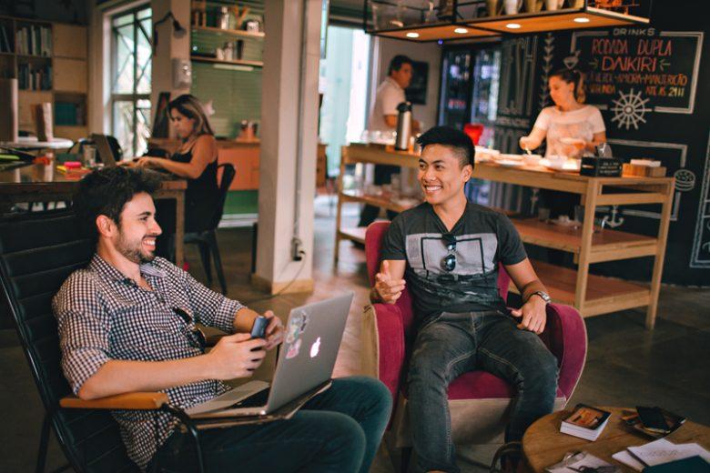 Mannen in een cafe aan het werk