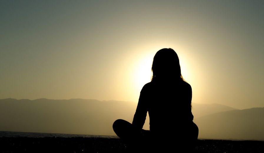 Mediterende vrouw tegen zonlicht