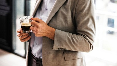 Man met een tas koffie