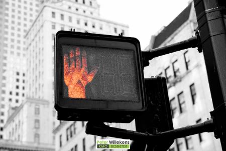 Rode hand als stopteken in het verkeer