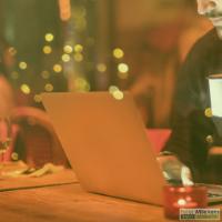 Laptop op een bureau om je planning te maken