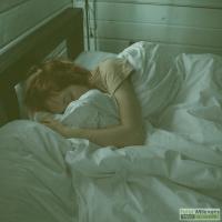 Persoon die in bed ligt te slapen