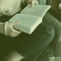 Persoon die een boek leest