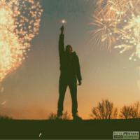 Feestvierende man met vuurwerk