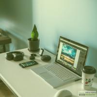 Wit bureau met laptop, gsm, muis en koffiebeker